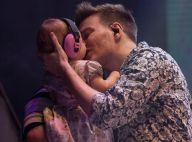 Fofura! Michel Teló dá beijo na filha, Melinda, durante show em SP. Fotos!