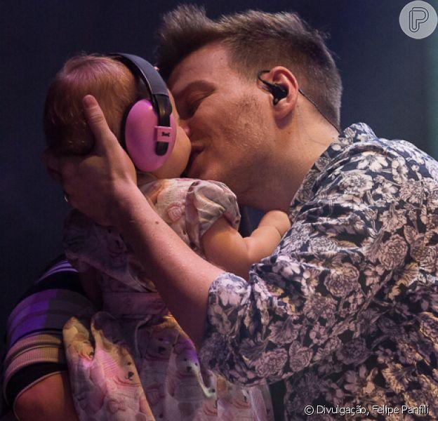 Michel Teló recebeu a mulher, Thais Fersoza, e a filha, Melinda, em seu show no São Paulo Oktoberfest, no domingo, 9 de outubro de 2017