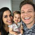 Antes de subir ao palco, MIchel Teló posou com Thais Fersoza e a filha, Melinda
