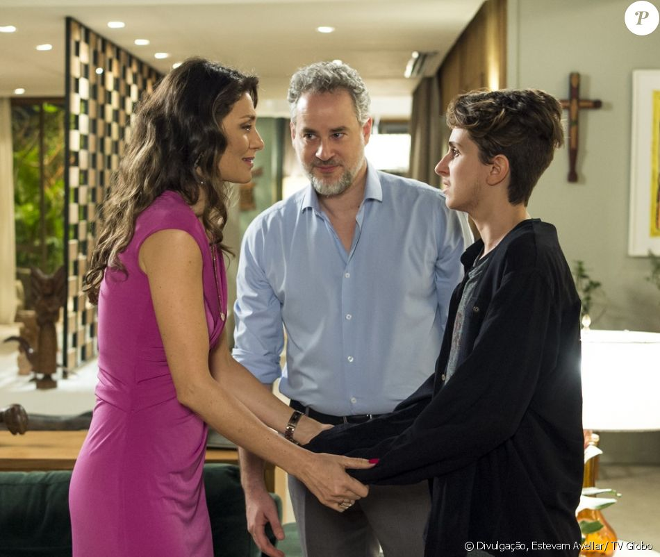 Joyce (Maria Fernanda Cândido) Eugênio (Dan Stulbach) acompanham Ivan (Carol Duarte) ao hospital para a cirurgia de retirada dos seios, na novela 'A Força do Querer'