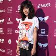 Carla Salle apostou em um visual fashion e descolado para o Festival do Rio, em 12 de outubro de 2017