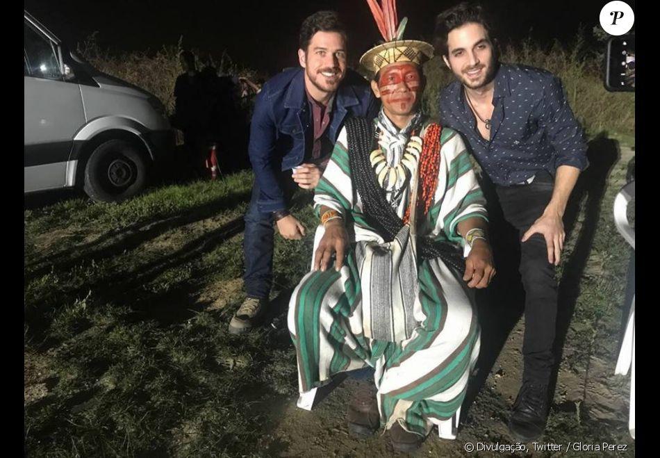 Ruy (Fiuk) e Zeca (Marco Pigossi) reencontram o índio Ashaninka (Benki Piyãko), que fez uma profecia para os dois quando eram crianças, no final da novela 'A Força do Querer'