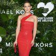 Sob o styling de Sophie Lopez, Kate Hudson exibiu um vestido midi brilhoso  Michael Kors em premiação em Nova York, em 16 de outubro de 2017