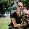 Paolla Oliveira se despede de cão policial ao gravar 'A Força do Querer' em foto nesta segunda-feira, dia 16 de outubro de 2017