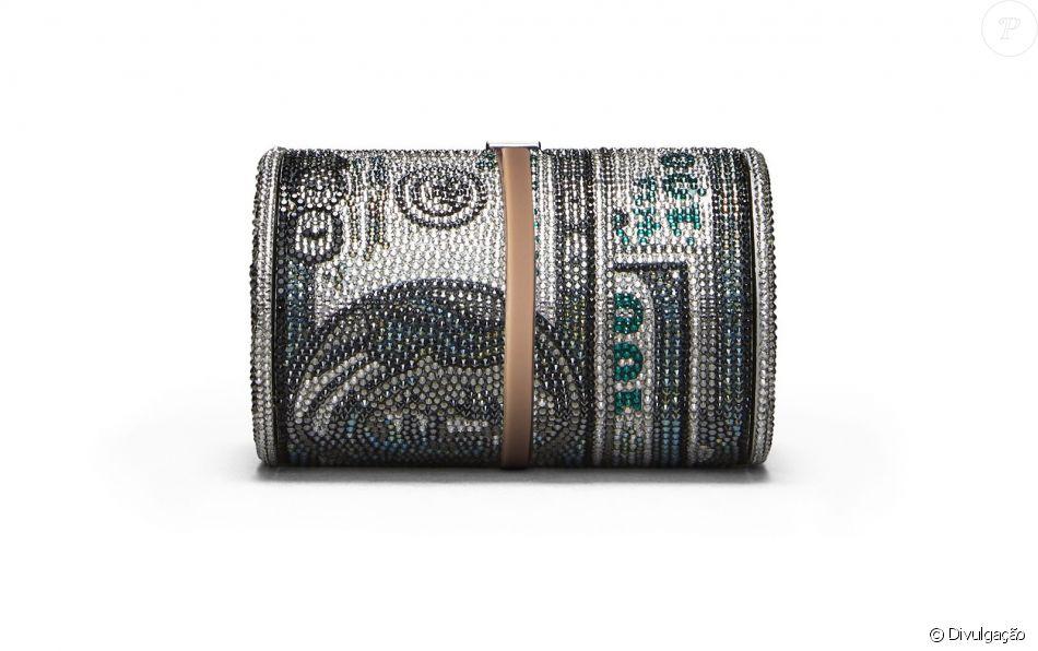 f66dd5886 Puro luxo! A bolsa, elaborada para parecer um rolo de notas de cem dólares,  tem mais de cristais austríacos Swarovski