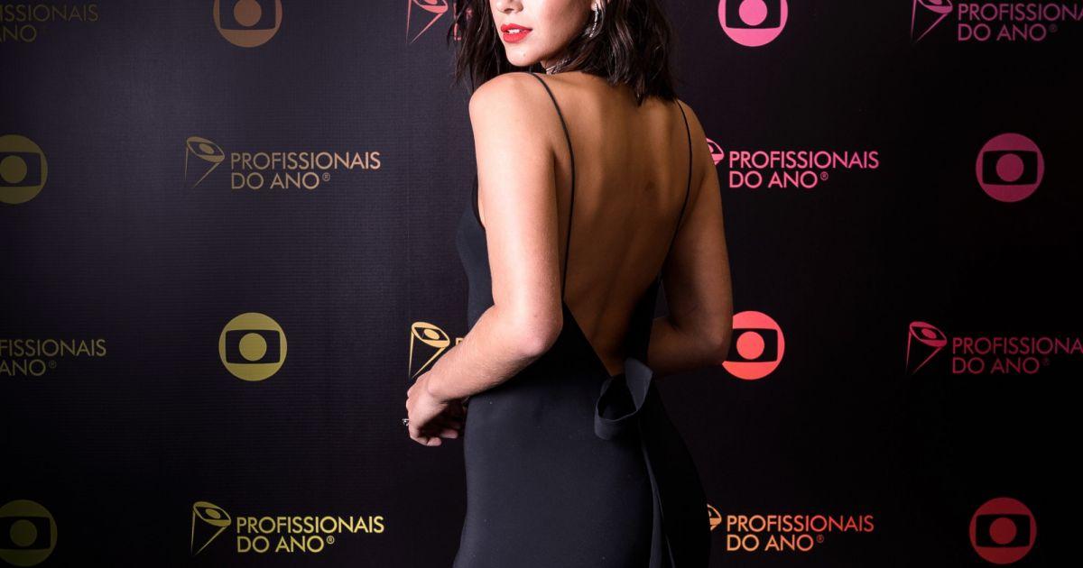 Bruna Marquezine optou por manter a amarração na parte de trás do vestido -  Purepeople 26cb5a95453