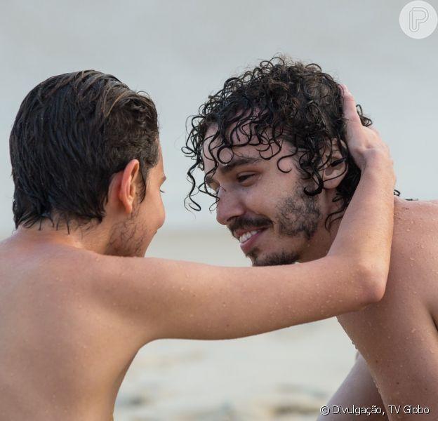 Um final com beijo de Ivan (Carol Duarte) e Cláudio (Gabriel Stauffer) foi gravado para a novela 'A Força do Querer'
