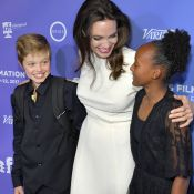 Filha de Angelina Jolie, Shiloh surge de terno em pré-estreia de filme. Fotos!