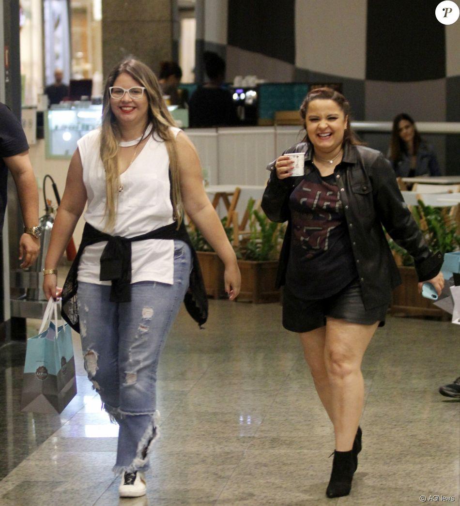 Marília Mendonça e Maiara, dupla de Maraisa, passearam em shopping do Rio, na noite desta segunda-feira, 23 de outubro de 2017