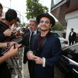 Simpático, Bono Vox desceu antes de ir para o casamento para dar autógrafos aos fãs