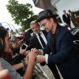 O líder da banda U2 apostou em um look sóbrio e com um quê descontraído