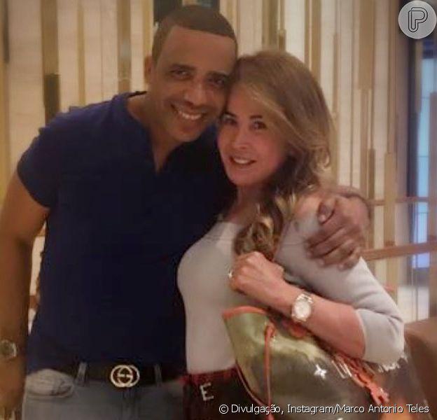 Zilu Camargo, um mês depois de assumir namoro, troca alianças com Marco Antonio Teles, como ele mostrou em foto postada nesta terça-feira, dia 25 de outubro de 2017