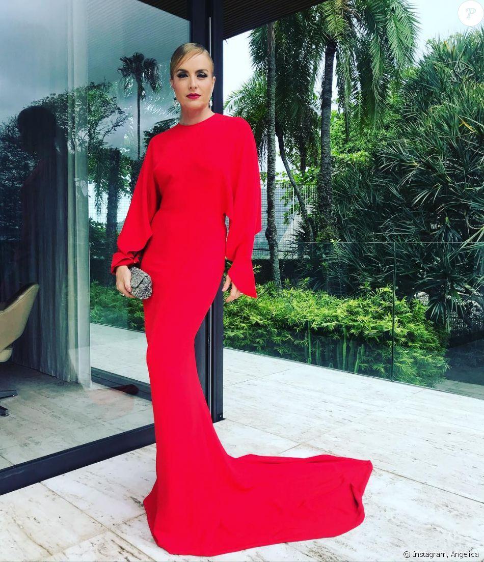 Angelica atraiu olhares com um longo vermelho Stella McCartney no casamento realizado em sua mansão, no Rio de Janeiro