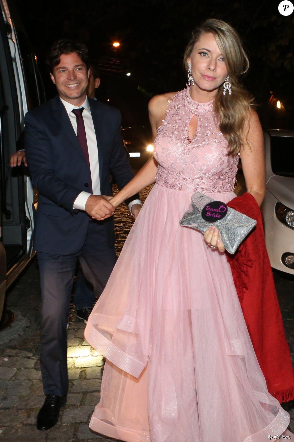 Larissa Burnier, mulher de Erik Marmo, elegeu um longo rosé para o casamento da modelo Michelle Alves com o empresário israelense Guy Oseary, realizado no Rio de Janeiro, em 24 de outubro de 2017