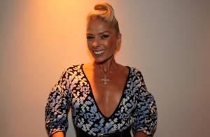 Adriane Galisteu usa vestido decotado e penteado estiloso em festa da Discovery