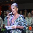 Adriane Galisteu grava durante a festa da Discovery, canal no qual tem um programa