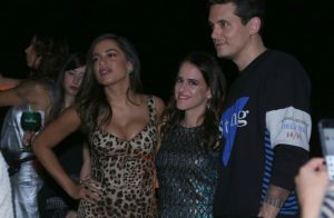 John Mayer posa abraçado à Anitta e tieta cantora em festa: 'Adorei te conhecer'