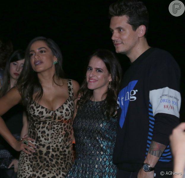 Anitta posa abraçada a John Mayer em foto e é tietada pelo cantor: 'Adorei te conhecer'