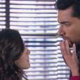Verônica (Elisa Brites) se declara para Gustavo (Carlo Porto) e dá o primeiro beijo nele, na novela 'Carinha de Anjo'