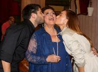 Leda Nagle ganha beijo duplo do filho e Sabrina Sato em estreia de 'Sarau' em SP