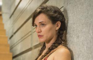 'O Outro Lado do Paraíso': Clara ameaça Gael com uma faca para não perder bebê