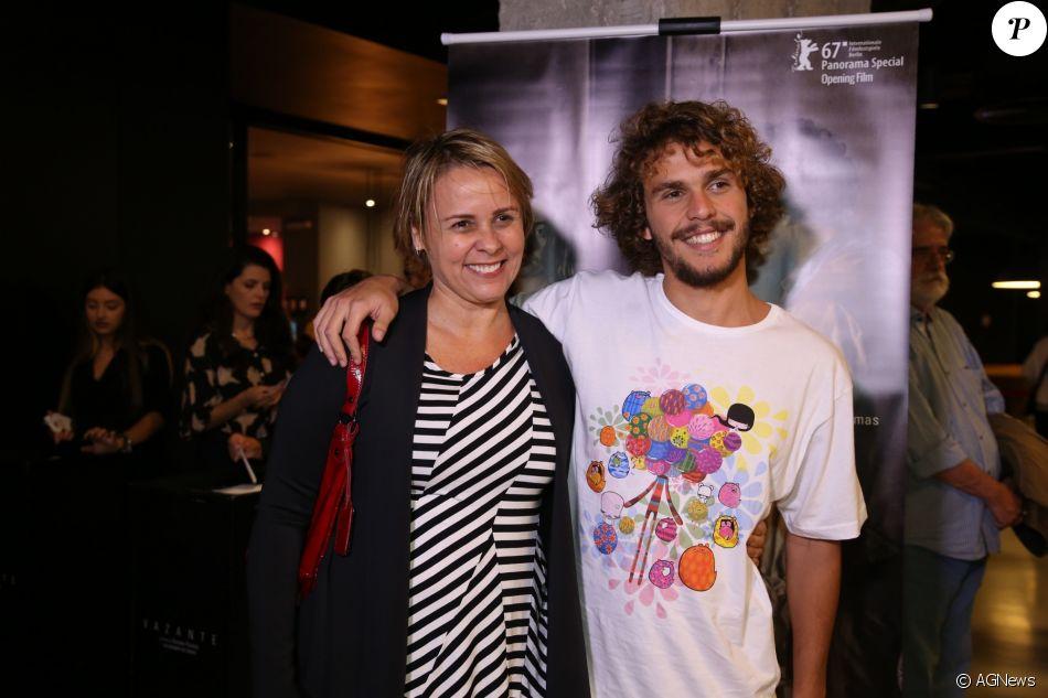 Filho de Giulia Gam e Pedro Bial, Theo tem 19 anos e foi com a mãe à pré-estreia do filme 'Vazante', da diretora Daniela Thomas