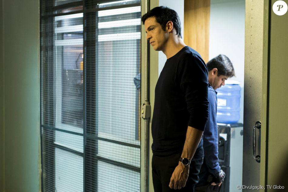 Na novela 'Pega Pega' Eric (Mateus Solano) será preso após armação de Athaíde (Reginaldo Faria) e Timóteo (Cacá Amaral) para incriminá-lo pela morte de Mirella (Marina Rigueira) no capítulo que vai ao ar na quinta-feira, 16 de novembro de 2017