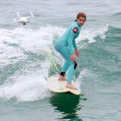 Ruiva, Isabella Santoni é filmada por drone em aula de surfe no Recreio. Fotos!