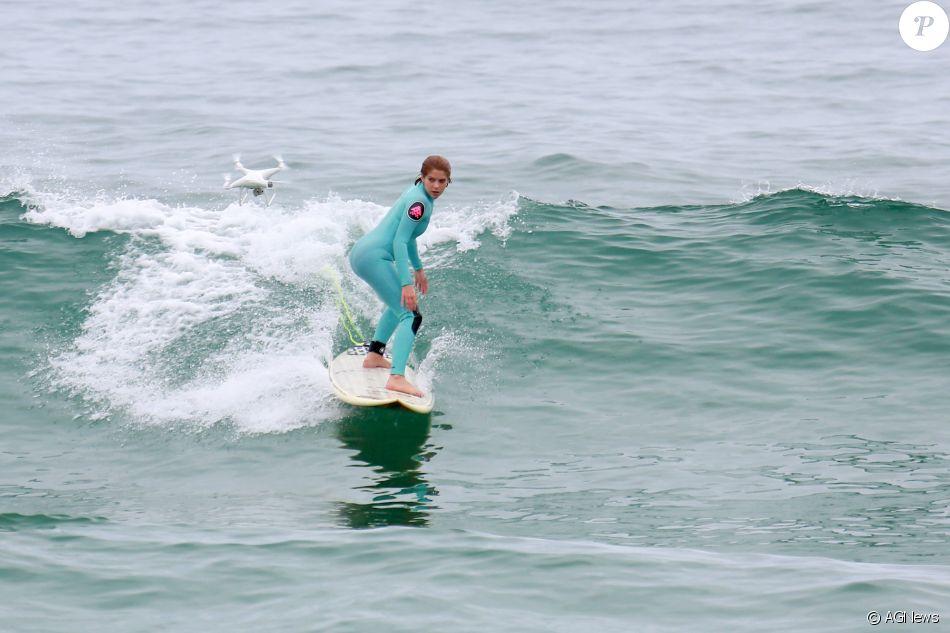 Isabella Santoni surfou na praia do Recreio dos Bandeirantes, zona oeste do Rio, nesta segunda-feira, 6 de novembro de 2017