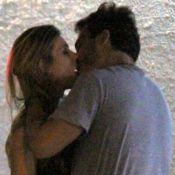 Thiago Rodrigues é fotografado aos beijos com loira em rua do Rio. Veja fotos!