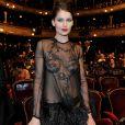 Em fevereiro de 2010, a modelo francesa Laetitia Casta ousou ao abrir mão do sutiã e deixar a calcinha à mostra em look supertransparente com bordados e plumas para a 35ª edição do prêmio César, em Paris, na França