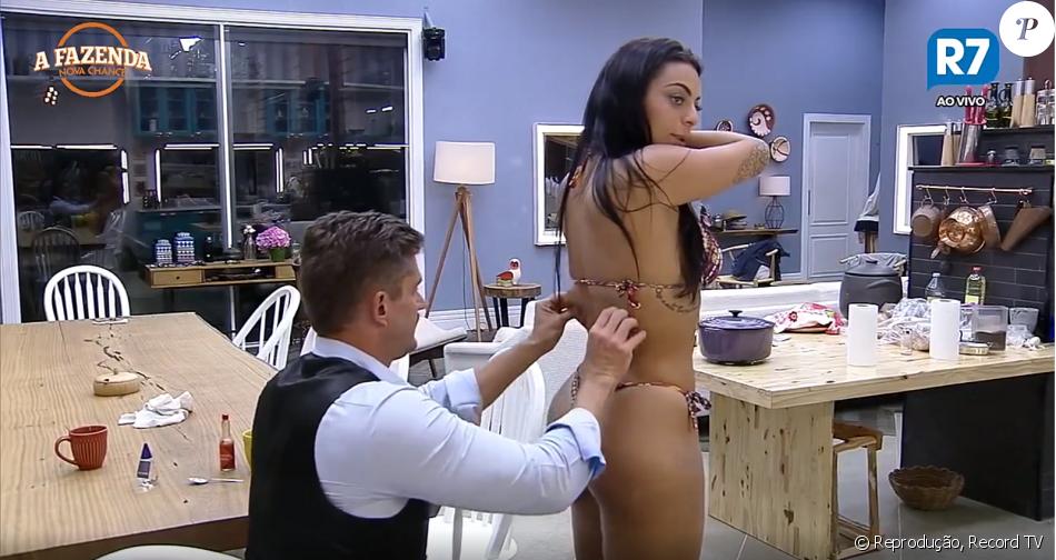 Monique Amin ficou de biquíni e teve o corpo avaliado por Marcos Härter em 'A Fazenda'