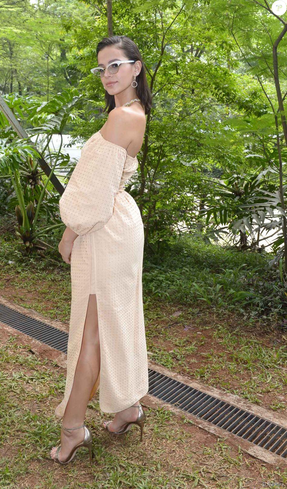 832343b40a O vestido ombro a ombro de Bruna Marquezine contava com fenda e mangas  bufantes