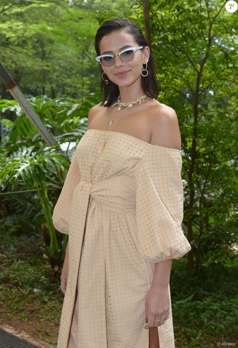 b8206bc47 Bruna Marquezine voltou a investir em óculos fashionistas com um modelo da  grife italiana Gucci, com detalhes de strass na armação
