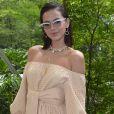 Bruna Marquezine escolheu um vestido nude ombro a ombro com amarração na cintura para prestigiar o desfile da coleção de Paula Raia em parceria com a rede de fast fashion Riachuelo
