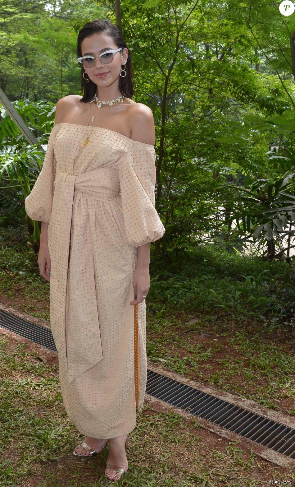 Bruna Marquezine escolheu um vestido nude ombro a ombro