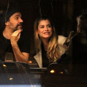 Alinne Moraes. Foto do site da Pure People que mostra Alinne Moraes e o marido jantam com Caetano Veloso em sushi bar. Fotos!
