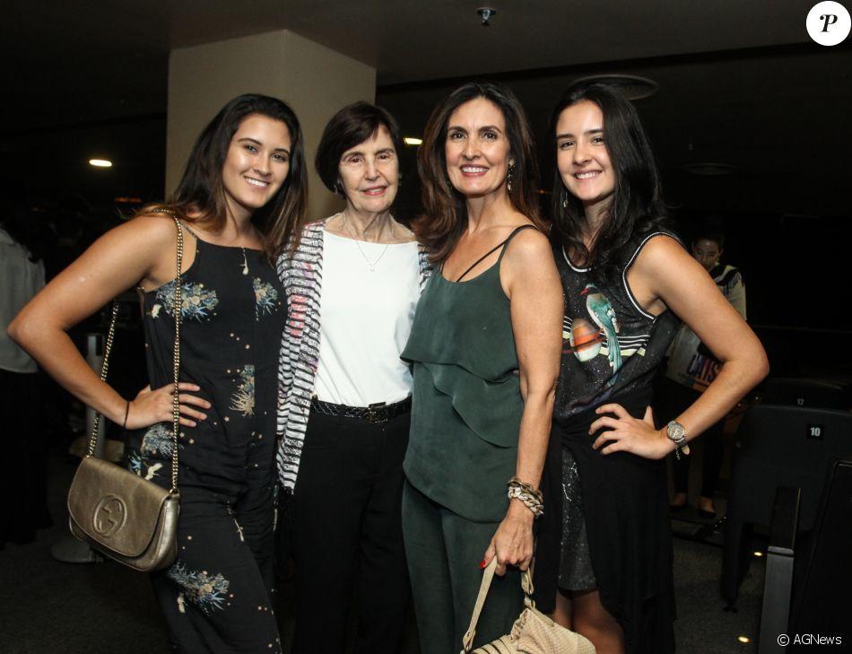 Fátima Bernardes vai com as filhas, Laura e Beatriz, e a mãe, Eunice, ao teatro nesta sexta-feira, dia 11 de novembro de 2017