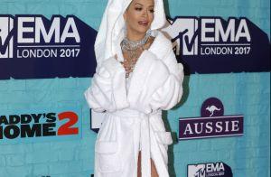 De toalha na cabeça e roupão, Rita Ora deixa pernas à mostra no EMA 2017. Fotos!