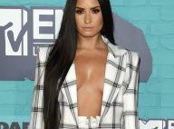 Demi Lovato aposta em look de alfaiataria com decote profundo no EMA 2017. Fotos