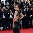 Zoe Saldana mostra o decote nas costas de seu vestido Jason Wu no tapete vermelho do Festival de Cannes 2014