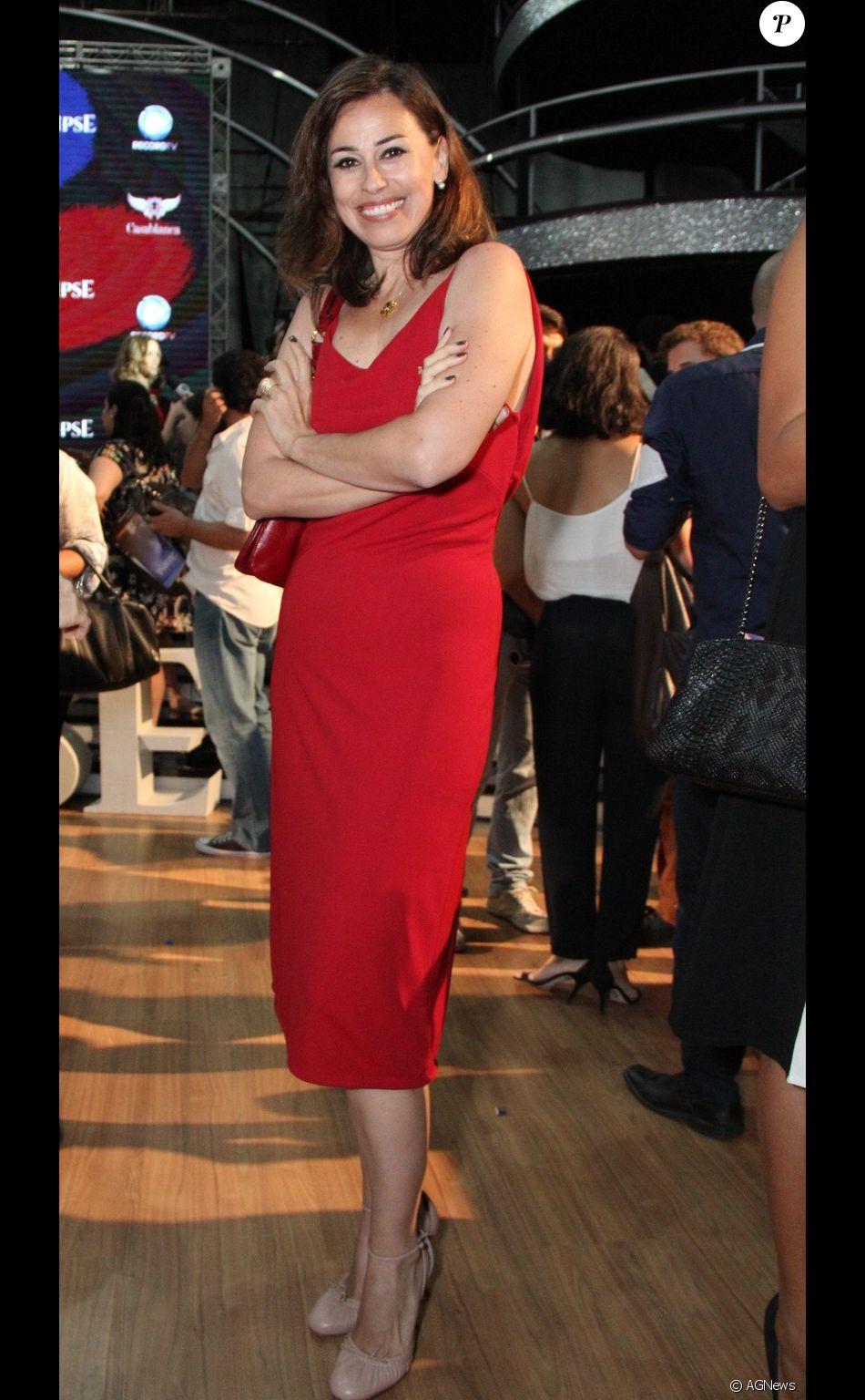 0a036e010 Daniela Escobar usou um vestido midi vermelho e sapato nude - Purepeople