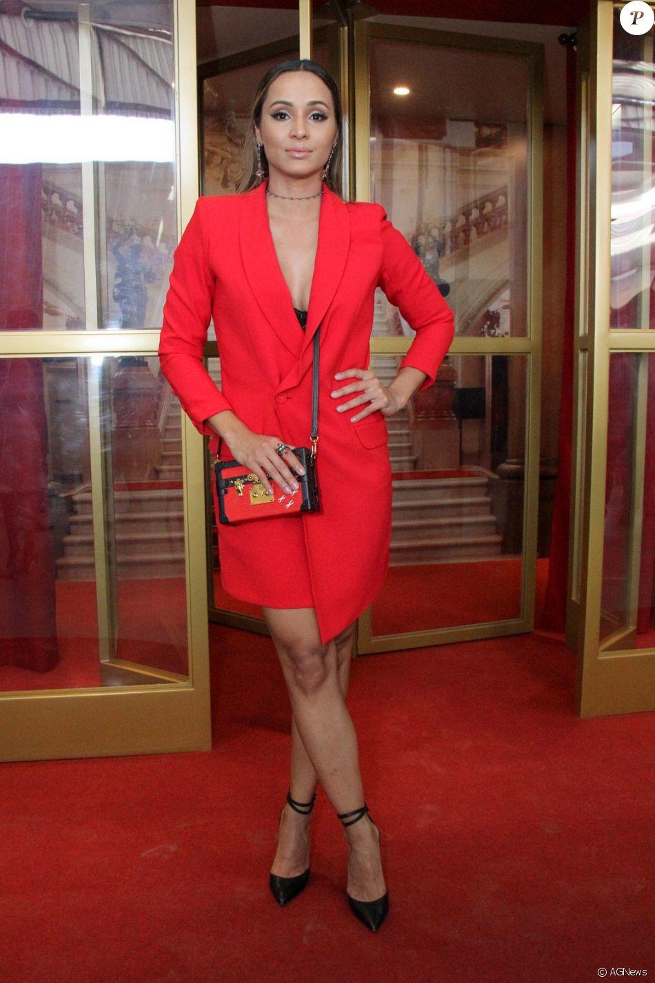 c5b99cf5a Thaíssa Carvalho apostou em um look grifado, com vestido Corporeum e clutch  Louis Vuitton