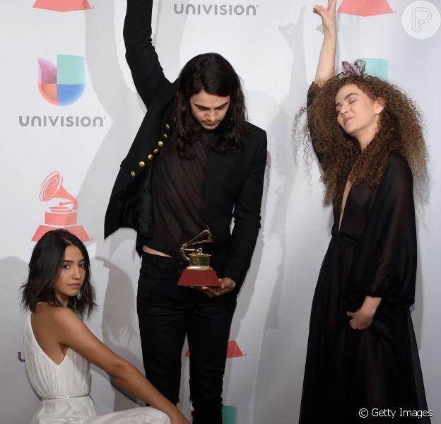 Tiago Iorc e Anavitória comemoram prêmio no Grammy Latino 2017 com pose inusitada