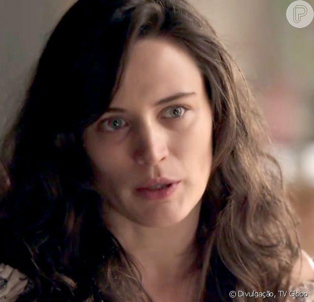 Clara (Bianca Bin) trabalha como empregada doméstica na casa de Fabiana (Fernanda Rodrigues), no Rio de Janeiro, para resgatar fortuna deixada por Beatriz (Nathalia Timberg), na novela 'O Outro Lado do Paraíso'