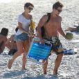 Pérola Faria deixa praia no Rio de Janeiro acompanhada por amigo