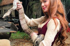 Olha a cobra! Marina Ruy Barbosa exibe animal nas mãos em bastidores de novela