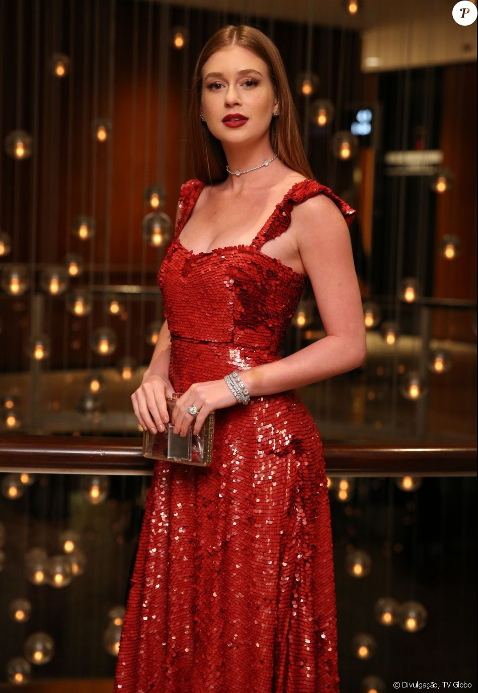 2351987a115ff Marina Ruy Barbosa apostou em um vestido vermelho de lantejoulas da grife  Valentino
