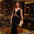 Julianne Trevisol apostou em vestido decotado Maison Valentino para ir ao Emmy Internacional, em 20 de novembro de 2017
