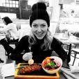 Mulher de Edson Celulari, Karin Roepke, se divertiu ao mostrar um prato da viagem